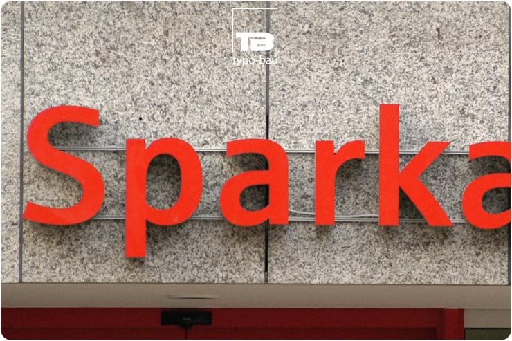 Leuchtbuchstaben ausgeführt im Profil 5s, moniert mittels Montageschienen auf einer Natursteinfassade.