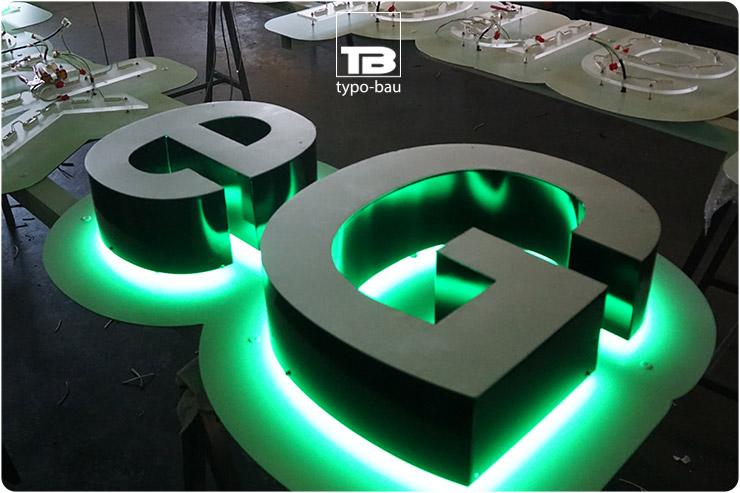 Leuchtbuchstaben ausgeführt im Profil 3, vormontiert auf einer konturgefrästen Schrift.