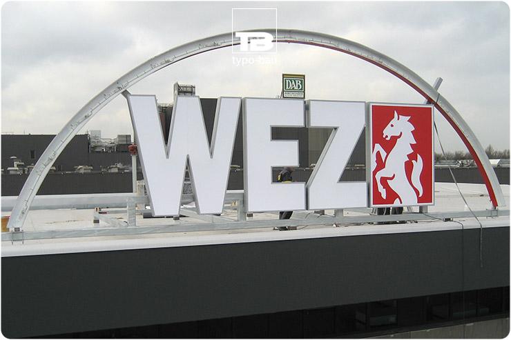 Leuchtbuchstaben & Logo ausgeführt im Profil 4, montiert auf einer Unterkonstruktion.