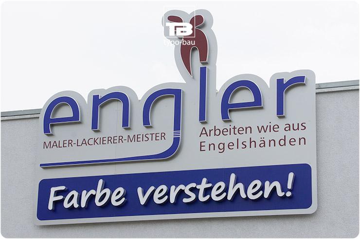 Logo & Leuchtbuchstaben ausgeführt im Profil 5, vormontiert auf konturgefrästen Schildanlage.