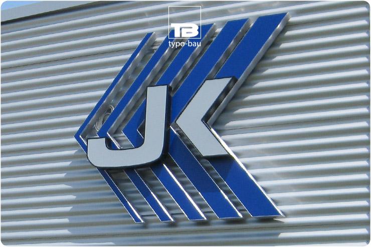 Logo & Leuchtbuchstaben ausgeführt im Profil 5, montiert in 2 Ebenen.