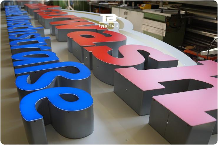 Leuchtbuchstaben ausgeführt im Profil 5s, vormontiert auf einer konturgefrästen Schildanlage.