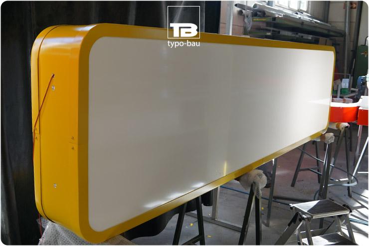 Formgebautes doppelseitiges Leuchttransparent mit LED Ausleuchtung.